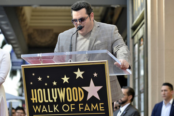 Kristen Bell Josh Gad Kristen Bell And Idina Menzel Are Honored With Stars On The Hollywood Walk Of Fame