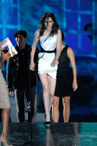 """Kristen Stewart Actress Kristen Stewart accepts the award for Best Fantasy Movie onstage during Spike TV's """"Scream 2010"""" at The Greek Theatre on October 16, 2010 in Los Angeles, California."""