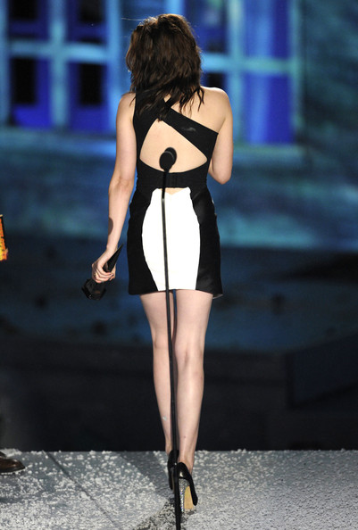 """Kristen Stewart Actress Kristen Stewart (R) accepts the Best Fantasy Actress award from actor Aaron Eckhart onstage during Spike TV's """"Scream 2010"""" at The Greek Theatre on October 16, 2010 in Los Angeles, California."""