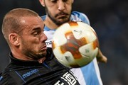Nice's Dutch midfielder Wesley Sneijder (L) controls the ball during the UEFA Europa League football match, Lazio versus Nice, on November 2, 2017 at Rome's Olympic stadium. / AFP PHOTO / ANDREAS SOLARO