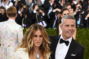 Sarah Jessica Parker (L) and Andy Cohen arrive for the Costume Institute Benefit at The Metropolitan Museum of Art May 2, 2016 in New York. / AFP / TIMOTHY A. CLARY