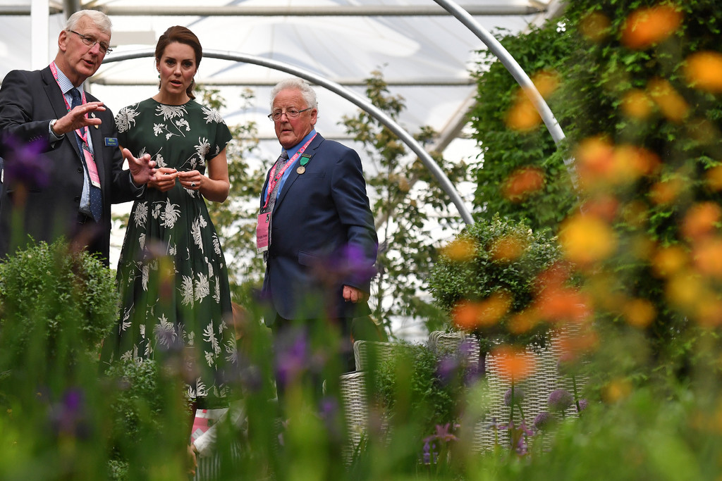 Kate middleton photos photos members of the royal family visit the rhs chelsea flower show - Royal flower show ...