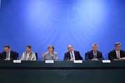 """(L-R) Berlin's mayor Michael Mueller, German Environment Minister Barbara Hendricks, German Chancellor Angela Merkel, Saxony-Anhalt's State Premier Reiner Haseloff, Munich's mayor Dieter Reiter and Aachen's mayor Marcel Philipp attend a press conference following a so-called """"Diesel Summit"""" with mayors of large German cities in the chancellery in Berlin on November 28, 2017, in order to look at ways of improving air quality. / AFP PHOTO / John MACDOUGALL"""