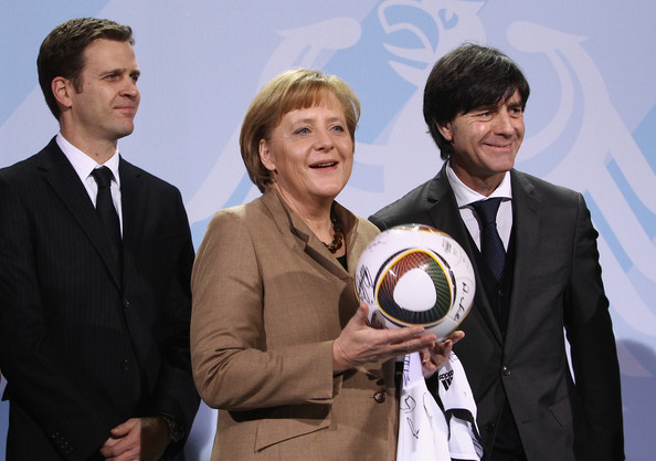 http://www4.pictures.zimbio.com/gi/Merkel+Receives+German+FIFA+World+Cup+2010+G1k9cbLl6Ipl.jpg
