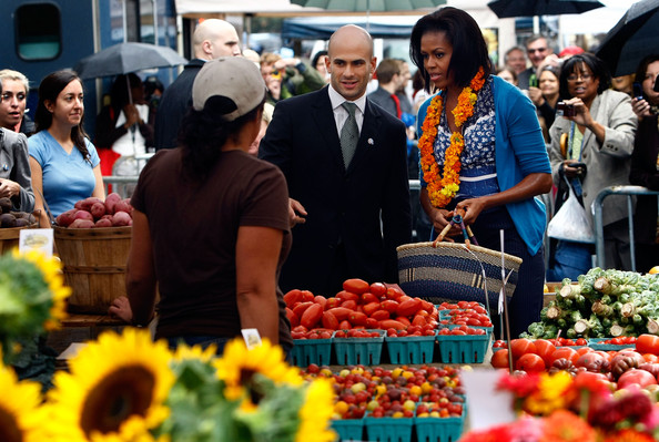 Michelle Obama Visits New Farmers Market In Washington DC [natural foods,marketplace,selling,local food,market,public space,bazaar,whole food,human settlement,greengrocer,michelle obama,sam kass,assistant,farmers market,produce,blocks,new farmers market in washington dc,u.s.,shops,white house]