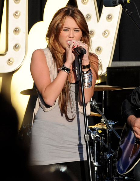 مملكه miley cyrus &hannah montana  Miley+Cyrus+Performs+Make+Wish+Foundation+X5FfrH3D3kxl
