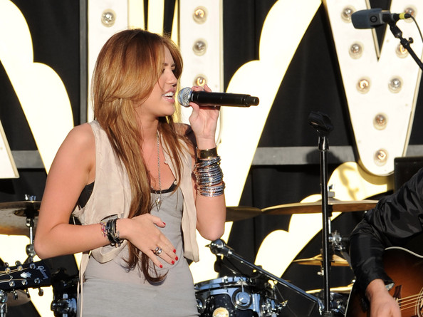 مملكه miley cyrus &hannah montana  Miley+Cyrus+Performs+Make+Wish+Foundation+dptwpi4Jk4Wl
