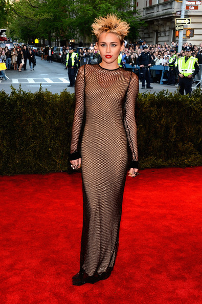 Red Carpet Arrivals at the Met Gala [punk: chaos to couture,flooring,carpet,red carpet,fashion model,fashion,dress,gown,fashion design,girl,miley cyrus,new york city,metropolitan museum of art,punk: chaos to couture costume institute gala,exhibition]