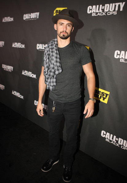 http://www4.pictures.zimbio.com/gi/Milo+Ventimiglia+Call+Duty+Black+Ops+Launch+QlVbuYRBrJOl.jpg