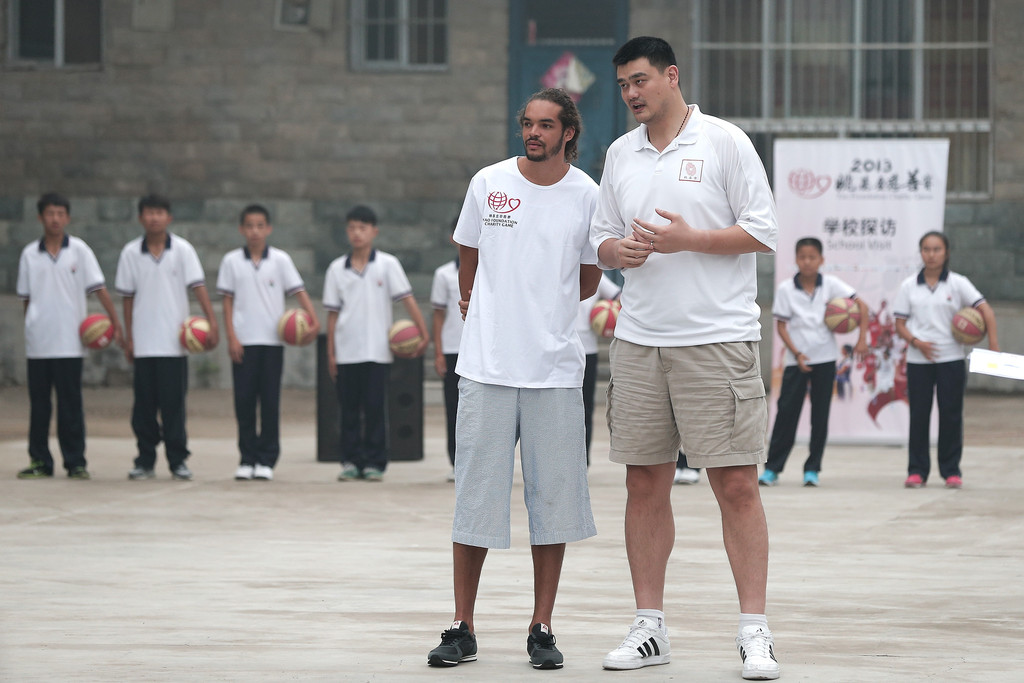 ¿Cuánto mide Yao Ming? - Real height NBA+Celebrities+Visit+Primary+School+Children+EVtz02udrIsx