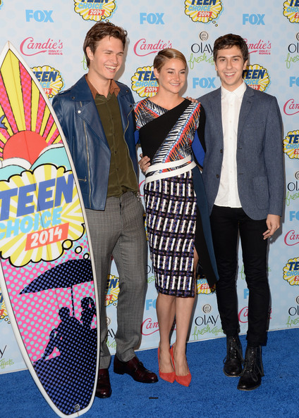 Teen Choice Awards Press Room [movie,youth,carpet,event,premiere,flooring,fashion design,style,actors,shailene woodley,ansel elgort,teen choice awards,drama award,l-r,room,press room,choice]