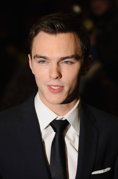 Nicholas+Hoult+Single+Man+UK+Film+Premiere+S8vUoZJwRLFl.jpg (393×594)