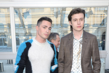 Nick Robinson Louis Vuitton : Front Row - Paris Fashion Week - Menswear F/W 2017-2018