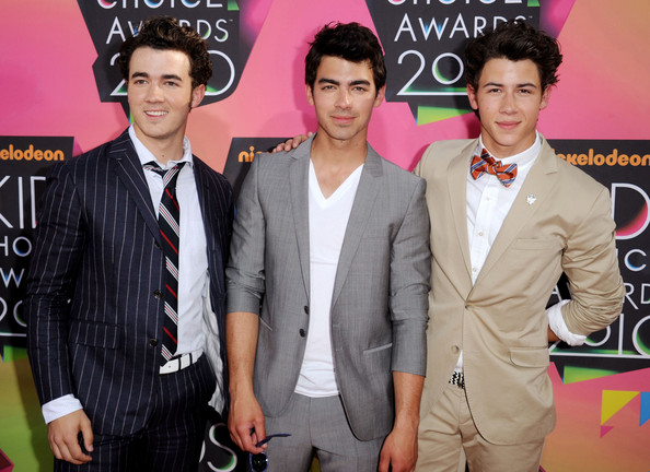 (L-R) Singers Kevin Jonas, Joe Jonas and Nick Jonas of the Jonas Brothers arrive at Nickelodeon's 23rd Annual Kids' Choice Awards held at UCLA's Pauley Pavilion on March 27, 2010 in Los Angeles, California.