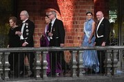 (L to R) Wife of US physicist and Nobel Prize in Physics 2017 laureate Barry C Barish, Samoan Barish, King Carl XVI Gustaf of Sweden, Sweden's Queen Silvia, chairman of the Nobel foundation Carl-Henrik Heldin, Sweden's Crown Princess Victoria and US physicist and Nobel Prize in Physics 2017 laureate Kip S Thorne arrive for the 2017 Nobel Banquet for the laureates in medicine, chemistry, physics, literature and economics in Stockholm, on December 10, 2017. / AFP PHOTO / Jonathan NACKSTRAND