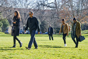 (AFP OUT) U.S. President Barack Obama and his family (L-R) Malia, Sasha, and first lady Michelle Obama return to the South Lawn of the White HouseJanuary 3, 2016 in Washington, DC. The first family is returning from their two week Hawaiian vacation.