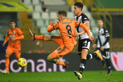 Aaron Ramsey of Juventus F.C. and Yordan Osorio of Parma Calcio battle for the ball during the Serie A match between Parma Calcio and Juventus at Stadio Ennio Tardini on December 19, 2020 in Parma, Italy. Sporting stadiums around Italy  remain under strict restrictions due to the Coronavirus Pandemic as Government social distancing laws prohibit fans inside venues resulting in games being played behind closed doors.