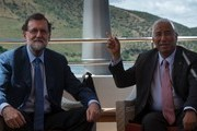 """Spanish Prime Minister Mariano Rajoy (L) and his Portuguese counterpart Antonio Costa pose as they meet on the """"MS Douro Elegance"""" ship on the first day of the XXIX Portugal - Spain summit in La Fregeneda, on May 29, 2017. / AFP PHOTO / MIGUEL RIOPA"""