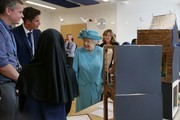 Britain's Queen Elizabeth II (C) is shown around a classroom at Mayflower Primary School during a visit to Poplar in Tower Hamlets in East London on June 15, 2017, as part of commemorations to mark the centenary of the bombing of Upper North Street School during the First World War..Mayflower Primary School now exists on the site of the Upper North Street School. / AFP PHOTO / POOL / Daniel LEAL-OLIVAS