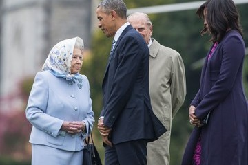 Queen Elizabeth II Obama Arrives in UK for Talks on Brexit, Lunch With the Queen