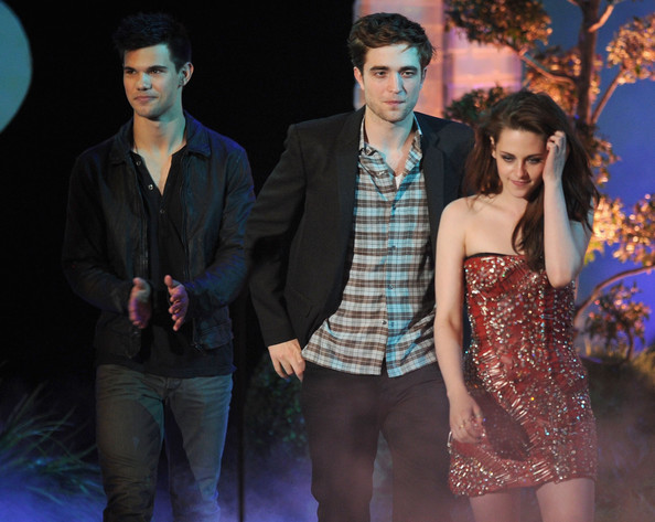 robert pattinson and kristen stewart 2011 mtv awards. 2011 MTV Movie Awards - Show