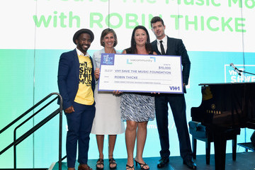 Robin Thicke VH1 Save the Music Foundation & Viacommunity Robin Thicke Piano Delivery