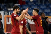 Roma's Argentinian defender Federico Fazio (L) celebrates with his teammate Roma's Italian striker Stephan El Shaarawy after scoring during the Italian Serie A football match Roma vs Cagliari, on December 16, 2017 at the Olimpico stadium in Rome. / AFP PHOTO / Andreas SOLARO