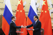 Chinese Premier Li Keqiang (R) and Russian Prime Minister Dmitry Medvedev attend a signing ceremony at the Great Hall of the People in Beijing on November 1, 2017. / AFP PHOTO / POOL / THOMAS PETER