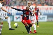 Nice's French midfielder Pierre Lees-Melou (L) and Nice's Dutch midfielder Wesley Sneijder (R) vie with Caen's French-Guinean midfielder Baissama Sankoh (C) during the French L1 football match between Caen (SMC) and Nice (OGCN) on November 19, 2017, at the Michel d'Ornano stadium, in Caen, northwestern France. / AFP PHOTO / CHARLY TRIBALLEAU