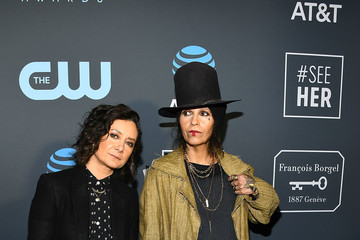 Sara Gilbert Linda Perry Claire Foy Accepts The #SeeHer Award At The 24th Annual Critics' Choice Awards