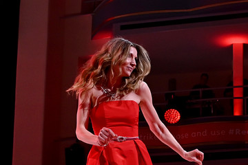 Sarah Chalke The American Heart Association's Go Red For Women Red Dress Collection 2020 - Runway