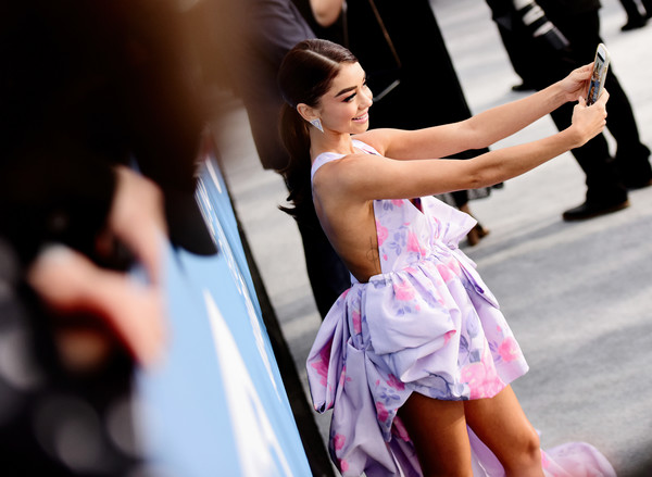26th Annual Screen Actors Guild Awards - Fan Bleachers [pink,fashion,performance,event,dress,dancer,photography,dance,performing arts,sarah hyland,fan bleachers,screen actors guild awards,screen actors\u00e2 guild awards,california,los angeles,the shrine auditorium,sarah hyland,los angeles,modern family,screen actors guild awards,actor,celebrity,golden globe awards,photograph,image]