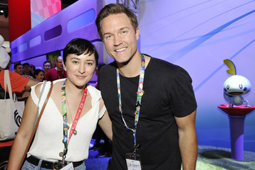 Scott Porter Nintendo Demos New Titles For Nintendo Switch For Celebrities At 2019 E3 Gaming Convention