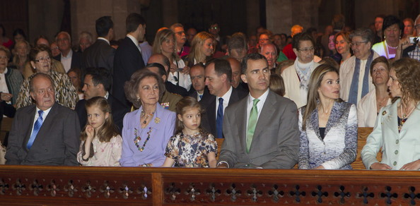 (L-R) King Juan Carlos of Spain, Princess Leonor of Spain, Queen Sofia of Spain, Princess Sofia of Spain, Prince Felipe of Spain, Princess Letizia of Spain and Princess Elena of Spain attend Easter Mass at the Cathedral of Palma de Mallorca on April 20, 2014 in Palma de Mallorca, Spain.