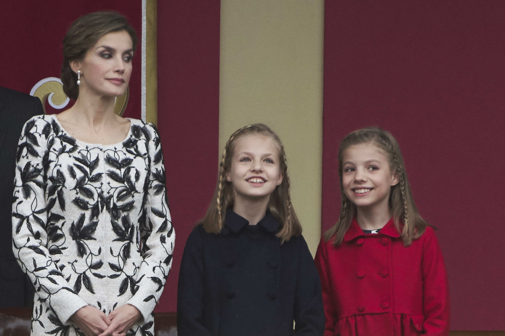 http://www4.pictures.zimbio.com/gi/Spanish+Royals+Attend+National+Day+Military+W95INk0NdD7x.jpg