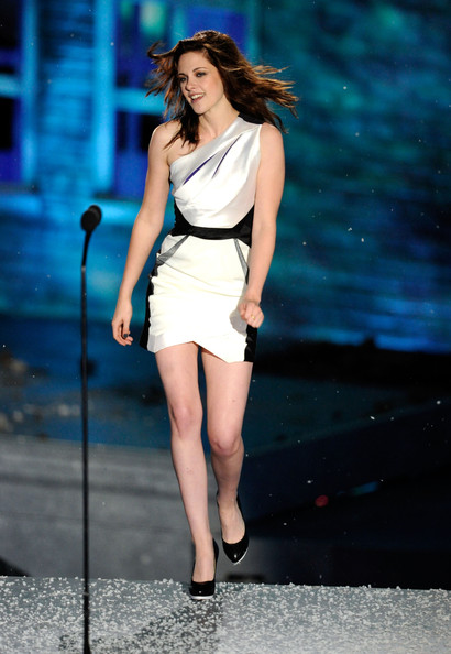 "Actress Kristen Stewart accepts the Best Fantasy Actress award onstage during Spike TV's ""Scream 2010"" at The Greek Theatre on October 16, 2010 in Los Angeles, California."