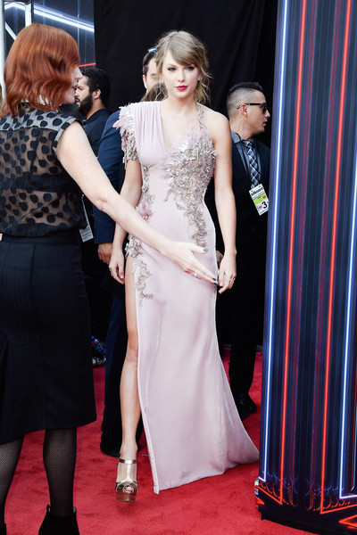 2018 Billboard Music Awards - Arrivals [red carpet,carpet,dress,clothing,flooring,premiere,hairstyle,fashion,event,gown,arrivals,taylor swift,billboard music awards,mgm grand garden arena,las vegas,nevada]