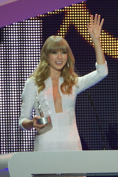 "Taylor Swift Taylor Swift receives the ""40 Principales"" award during  during ""40 Principales Awards"" 2012 at Palacio de los Deportes on January 24, 2013 in Madrid, Spain."