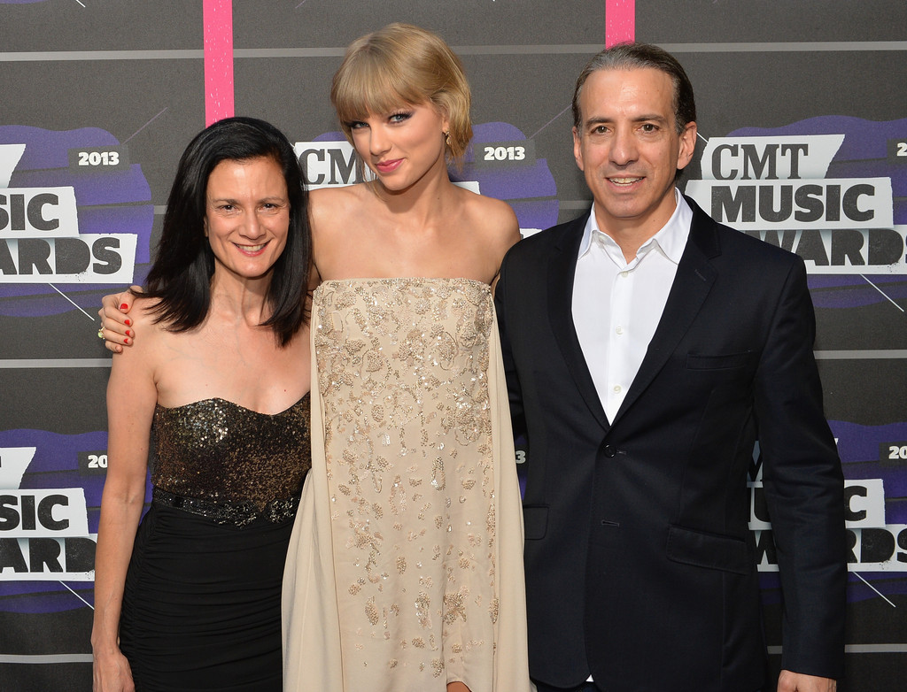 Taylor Swift - Page 40 Taylor+Swift+Arrivals+CMT+Music+Awards+DdT1RgnpGvSx