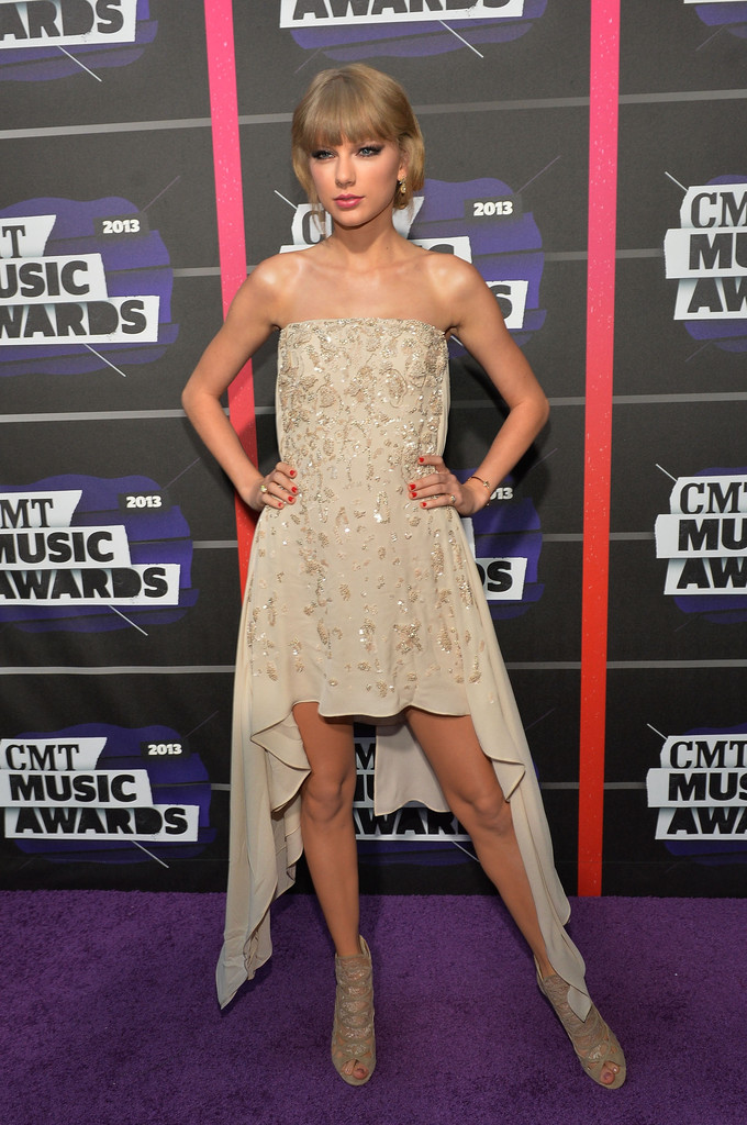 Taylor Swift - Page 40 Taylor+Swift+Arrivals+CMT+Music+Awards+GD-oQeWZvHZx