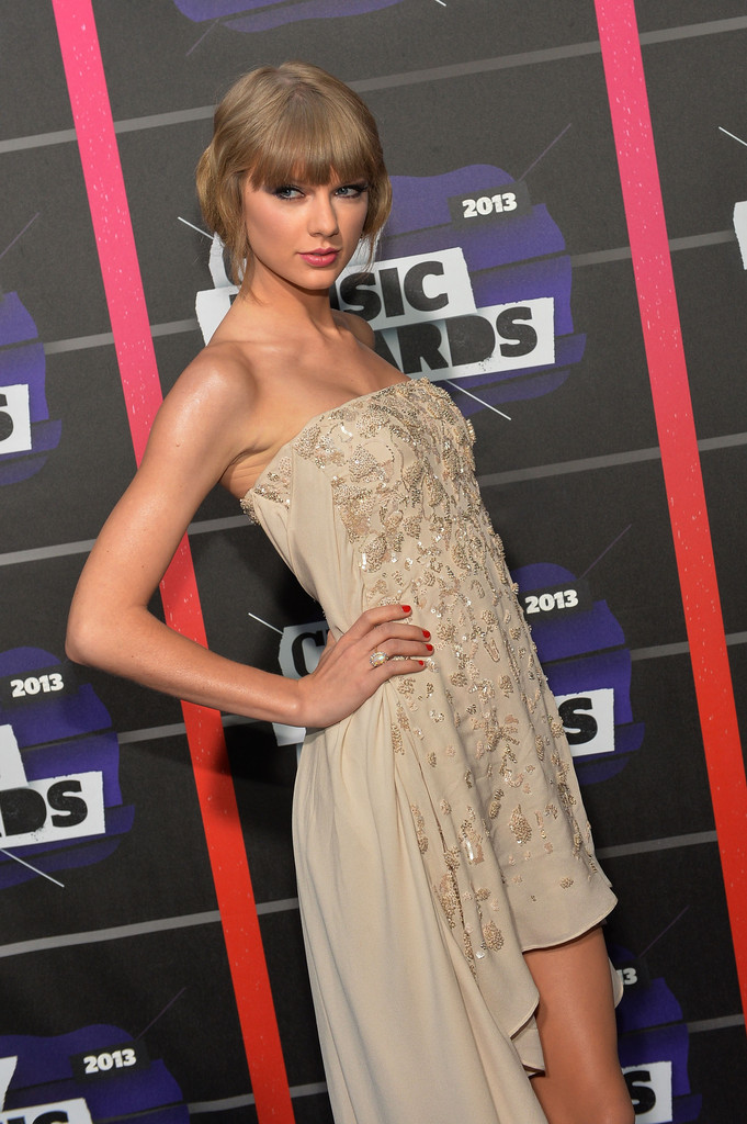 Taylor Swift - Page 40 Taylor+Swift+Arrivals+CMT+Music+Awards+mc3lx0Ywj8Yx
