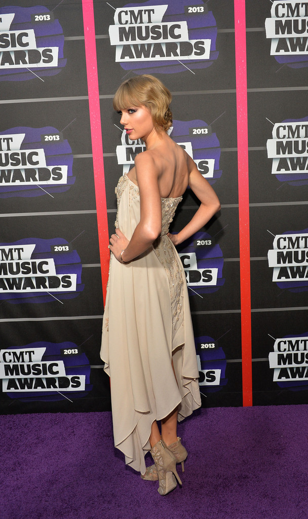 Taylor Swift - Page 40 Taylor+Swift+Arrivals+CMT+Music+Awards+xqvX_GUqKM9x