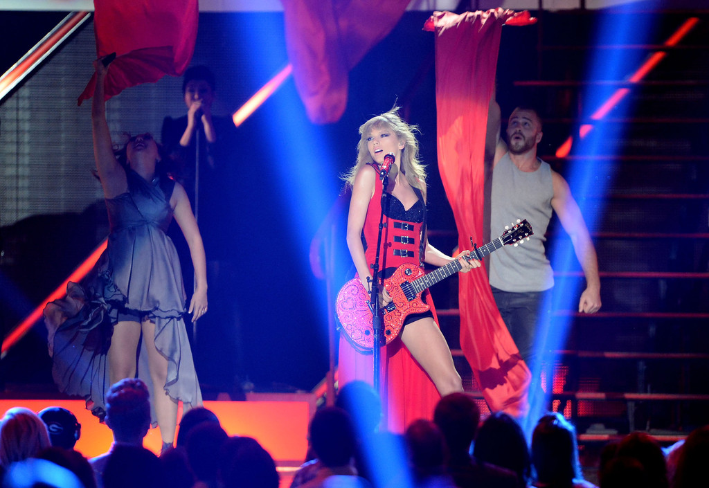 Taylor Swift - Page 40 Taylor+Swift+CMT+Music+Awards+Nashville+eAbVQsibP-Jx