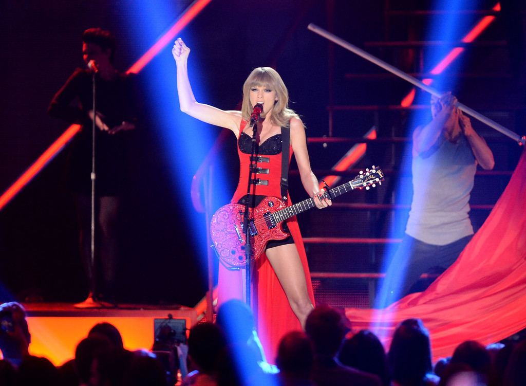Taylor Swift - Page 40 Taylor+Swift+CMT+Music+Awards+Nashville+tfPdHCtoVZbx