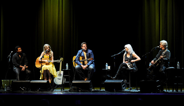"Taylor Swift (L-R) Musicians Lionel Richie, Taylor Swift, Vince Gill, Emmylou Harris and Kris Kristofferson perform at the Country Music Hall of Fame & Museum's ""All For The Hall"" at Club Nokia on September 23, 2010 in Los Angeles, California."