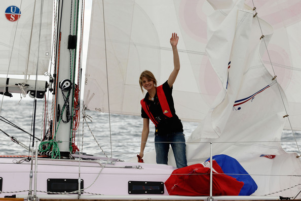 16-year old teen solo sailor Jessica Watson sets sail on her yacht Ella's ...