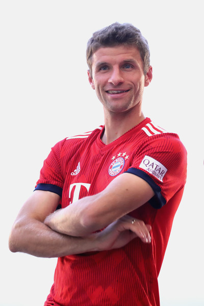 FC Bayern Muenchen And Paulaner Photo Session [red,player,forehead,arm,t-shirt,sportswear,jersey,muscle,team sport,smile,niko kovac,partner,thomas mueller,photo shoot,some,germany,brewery,fc bayern muenchen,paulaner,photo session]