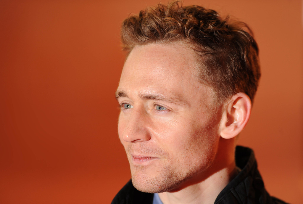 http://www4.pictures.zimbio.com/gi/Tom+Hiddleston+Celebs+Come+Out+Book+Mormon+x10AOi4QcO9x.jpg