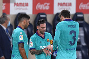 Lionel Messi speaks with Gerard Pique and Luis Suarez of Barcelona during the Liga match between Villarreal CF and FC Barcelona at Estadio de la Ceramica on July 05, 2020 in Villareal, Spain.