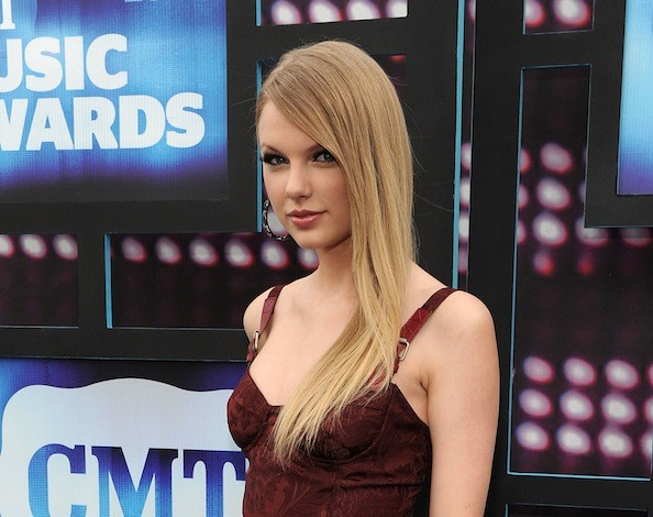 taylor swift straight hair photo shoot. Taylor Swift Rocks Sleek,